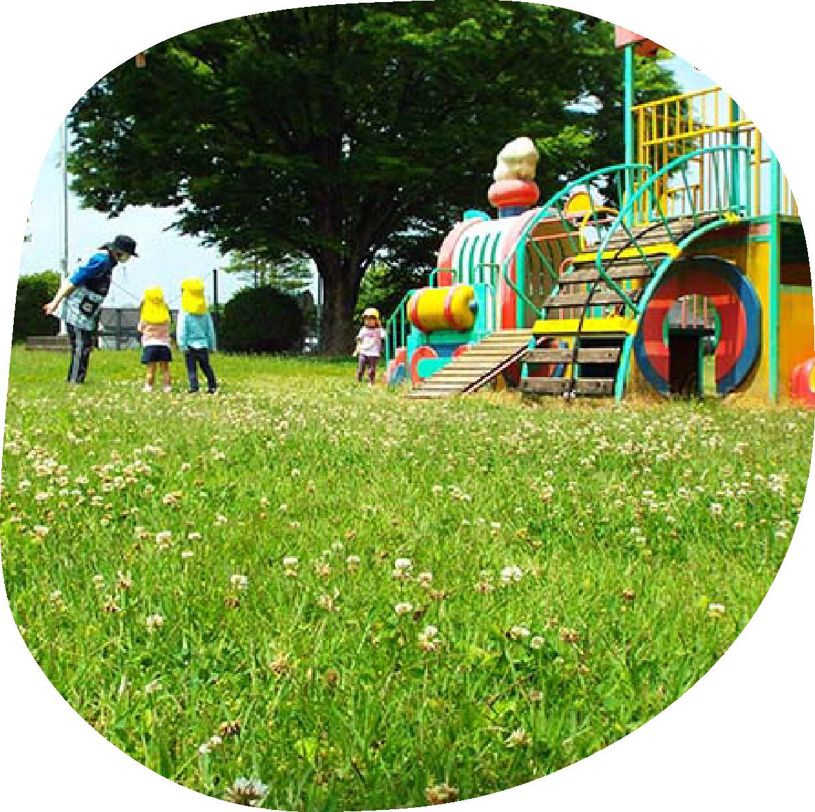 公園で遊ぶ園児